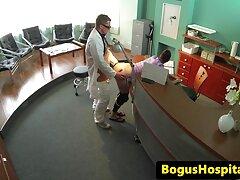 پزشک جوان با شور و شوق یک بیمار سکسی را روی مبل می لینک فیلم پورن در تلگرام اندازد